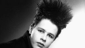 porträtt av ung punkare i svart vitt