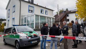 Huset där mannen som öppnade eld mot polisen bodde. En polis dödades och tre skadades,