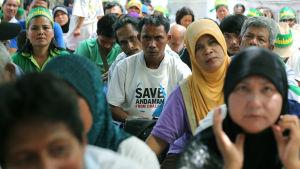 Demonstranter från Krabi lämnade in en skriftlig protest mot kolkraftsplanerna till regeringen i Bangkok i juli 2015.