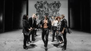 En scen ur musikalen Tom of Finland