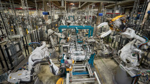 Robotit rakentavat autoja.