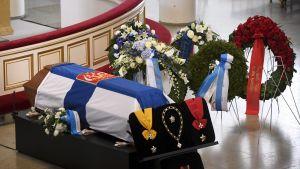 Mauno Koivistos kista med blomsterhälsningar i väntan på att begravningen ska börja