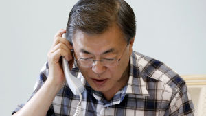 Sydkoreas president Moon Jae-in diskuterar med president Donald Trump över telefon.