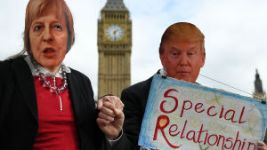 Demonstranter med May- och Trump-masker demonstrerar mot Trumps tilltänkta statsbesök i London 20.2.2017