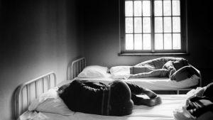 Två patienter som ligger på sina sänger i ett patientrum