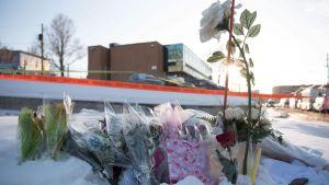 Blommor utanför Islamic Cultural Center i Québec City efter moskéattacken där.