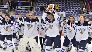 Jenni Hiirikoski och Finland firar brons vid världsmästerskapet i ishockey för damer 2015.