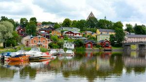 Vy över Borgå å och domkyrkan