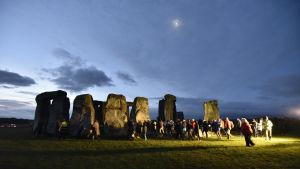 Stonehenge i gryningsljus. Tusentals människor har samlats för att fira vintersolståndet.