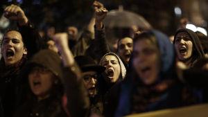 Människor demonstrerar mot folkomröstningen i Istanbul.