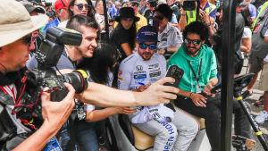 Fernando Alonso omringad av fans