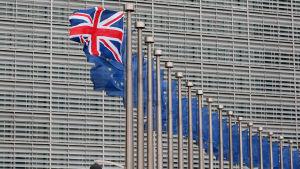 Den brittiska flaggan svajar tillsammans med EU-flaggor utanför Europeiska kommissionen i Bryssel inför David Camerons besök den 29 januari 2016.