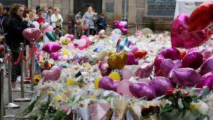 Blommor vid platsen för bombdådet i Manchester 2017