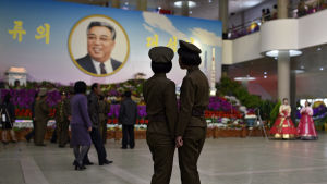 Nordkoreanerna firade minnet av den vördade landsfadern Kim Il Sung på hans födelsedag den femtonde april. Den nye ledaren och sonsonen Kim Jong Un har i många avseenden närmats sig sin farfar på bekostnad av sin far Kim Jong Il