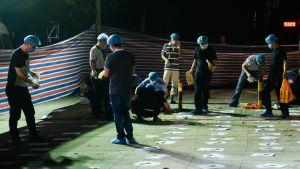 Polisen undersöker brottsplatsen utanför daghemmet.