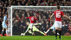Manchester Uniteds Juan Mata sköt segermålet mot lokalkonurrenten United.