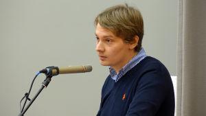Otto Andersson pratar i Lovisa fullmäktige.
