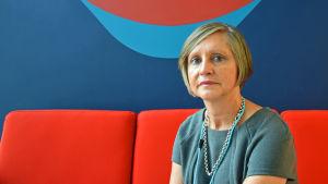 Barnpsykologen Ann-Christin Qvarnström-Obrey mot en brokig vägg.