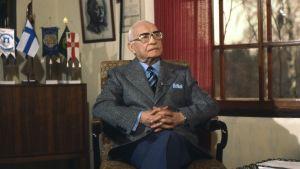 Kenraaliluutnantti evp Aksel Airo (A. F. Airo) haastateltavana kotonaan Heinolassa 1978.