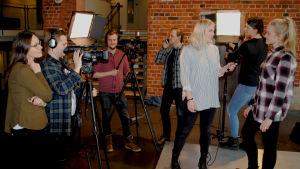 Studerande håller på och gör en tv-sändning.