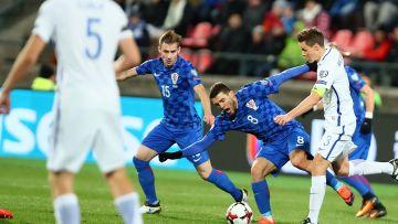 Niklas Moisander (t.h.) kämpade på mittfältet mot Kroatien.