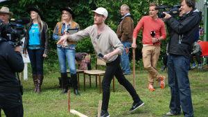 Patric Hjorth kastar kniv på knivfestivalen i Kauhava