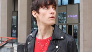 Simon nygård - modell  och smyckesdesigner i Milano utanför Glam Hotell