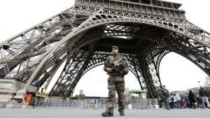 Fransk soldat patrullerar vid Eiffeltornet i november 2015.