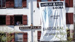 Fredens hantverkare står det på en banderoll i Bayonne i södra Franrike