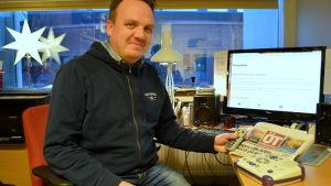 Daniel Ainasoja är verksamhetsledare för Finlandssvenska taltidningsföreningen.