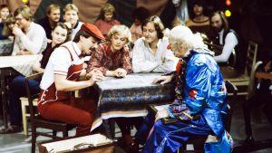 Tuhannes Pikku Kakkonen, vuosi 1983. Timo Kulmakko (roolinimi Timo Taikuri), näyttelijät Inkeri Mertanen ja Martti-Mikael Järvinen sekä Veijo Pasanen (Pelle Hermanni).
