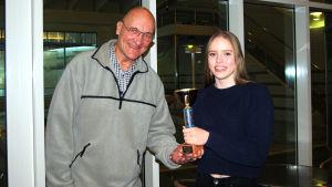 Klaus Bremer och Ida Slöör visar upp Minutpokalen.
