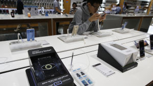 En Samsung Galaxy Note 7-telefon på en försäljningsdisk i en butik.