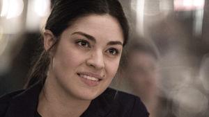Claudia (Natalie Madueño) i Bedrägeriet.
