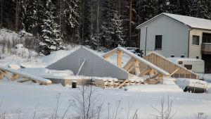 Småhusbygge på vintern