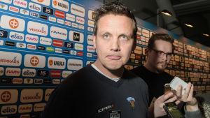 Lauri Marjamäki ser in i kameran.