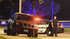 Polis vaktar de misstänktas bil efter en skottlossning vid en Muhammed-utställning i Garland i Texas.