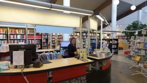 Kundbetjäningen vid Nickby bibliotek.