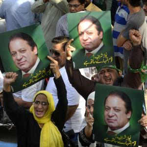 Nawaz Sharifs supportrar firar att Högsta domstolen i Pakistan valt att inte avsätta honom från premiärministerposten. Demonstranterna håller upp plakat med bilder på Sharif.
