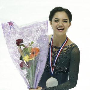 Konståkaren Jevgenija Medvedeva med guldmedalj runt halsen och blombukett i handen efter Grand Prix-finalen i konståkning 2016.