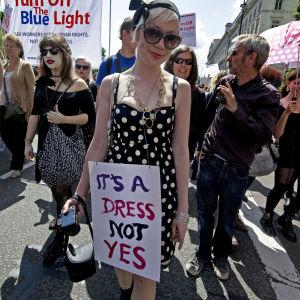"Kvinna med skylten ""It's a dress, not a yes""."