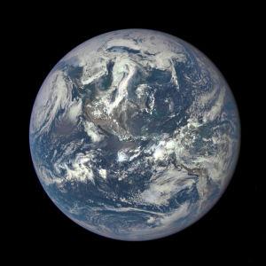 En helt ny bild av jordens solbelysta sida har tagits den 6 juli 2015 av satelliten DSCOVR.