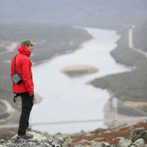Mikko Peltola ihailee Tenojoen maisemaa