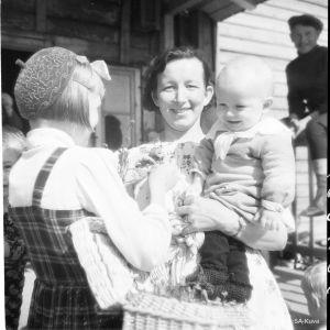 Mammor tilldelas morsdagsblommor på mors dag år 1943.