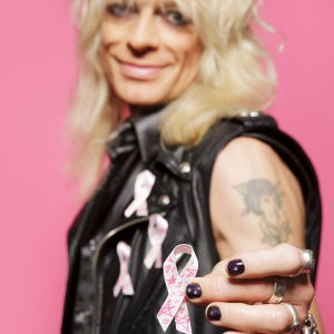 Michael Monroe med rosa bandet han designat.