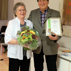 Krögarparet Gerd och Hans Lundström med diplom och blommor.