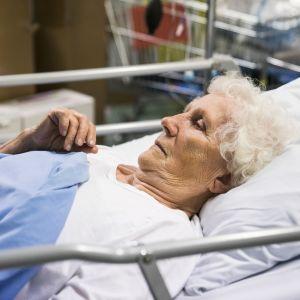 Helena, 90, on saapunut sydänoperaatioon Taysiin.