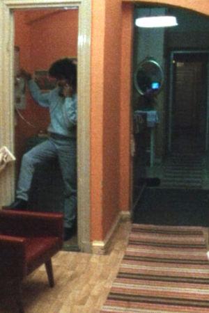 Man på natthärbärge ringer från en telefonautomat, 1987