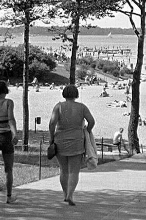 Badstrand vid havet på sommaren.