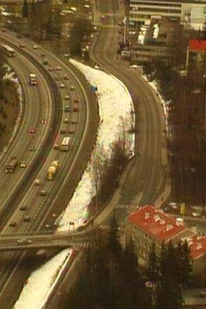 Fågelperspektiv på en bilväg med mycket trafik.